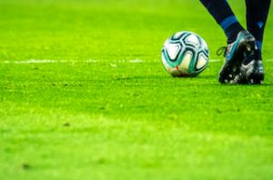 サッカー選手とボール