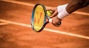 テニスラケットを握る場面