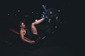 レッグプレスで筋肉を鍛える女性