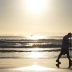 海辺を歩く人