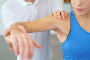 肩の検査をする女性
