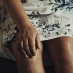 膝を押さえている女性