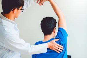 手を挙げる動作